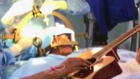 """""""Der Doktor brauchte Feedback von mir"""": Mann spielt während Gehirn-Operation Gitarre"""