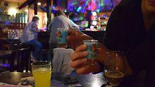 """""""Urlaub im Glas"""": In Hartmut's guter Stube trinkt man Schlumpfwichse."""