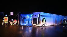 Lkw-Unglück blockiert A7: Fahrer gerät mit Sattelzug ins Schleudern
