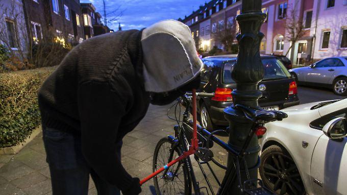 Wer sein Rad weit oben anschließt, bietet weniger Auflagenfläche für Bolzenschneider und anderes Werkzeug.