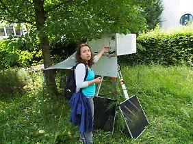 Die Doktorandin Isabel Kilian des Museums Koenig (Bonn) testet das Insektenfangnetz mit angebautem automatischen Probenwechsel. Das Gerät kann bis zu drei Monate lang autonom arbeiten und für jede Woche eine Insektenprobe konservieren.