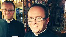 Beinahe rausgeworfen: Kneipe hält Priester für kostümiert