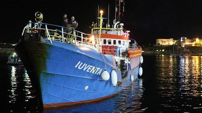 """Die """"Iuventa"""" liegt derzeit im Hafen von Lampedusa."""