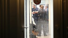 Polizisten durchsuchten nach dem Attentat von Hamburg die Unterkunft von Ahmad A.