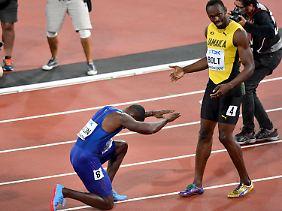 Gold-Gewinner Justin Gatlin verbeugt sich nach seinem Sieg vor Usain Bolt.