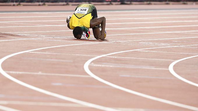 Ein letzter Kuss: Usain Bolt herzt die Bahn in London, auf der seine einmalige Einzelkarriere im Sprint mit Bronze endete.