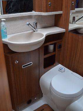 Waschbecken und Toilette sind recht funktional. Warum die Spülwasseranzeige im Testmobil nicht funktionierte, bleibt ein Geheimnis des Herstellers.