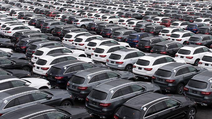 Exportschlager: Autos von Mercedes Benz in einem Terminal von Bremerhaven.