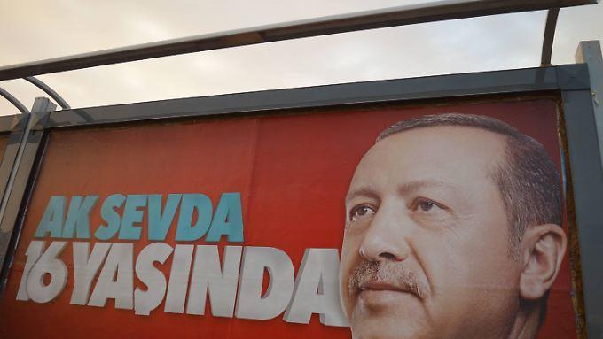 Der türkische Präsident Recep Tayyip Erdogan auf einem Plakat anlässlich des 16. Gründungsjahres der AKP.