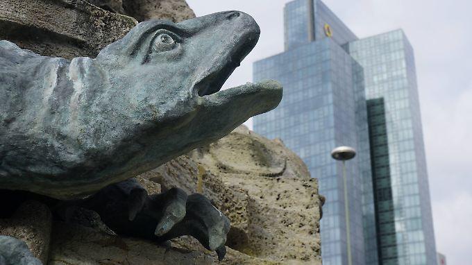 Ein Drache reißt am Frankfurter Märchenbrunnen auf dem Willy-Brandt-Platz das Maul auf.
