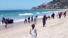 Boot kommt in Spanien an: Flüchtlinge überraschen Strandbesucher