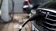 Ein Hybrid-Audi beim Aufladen an der E-Tankstelle