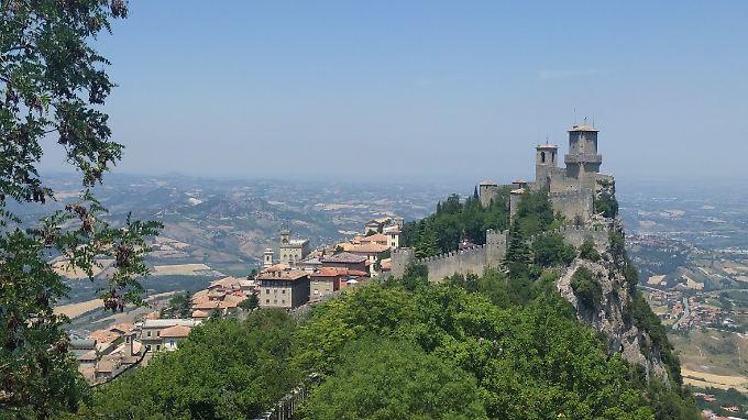 Die gleichnamige Hauptstadt von San Marino befindet sich auf dem Monte Titano.
