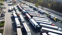 Müllberge und Verkehrsgefahr: Was tun gegen Lkw-Wildparker?