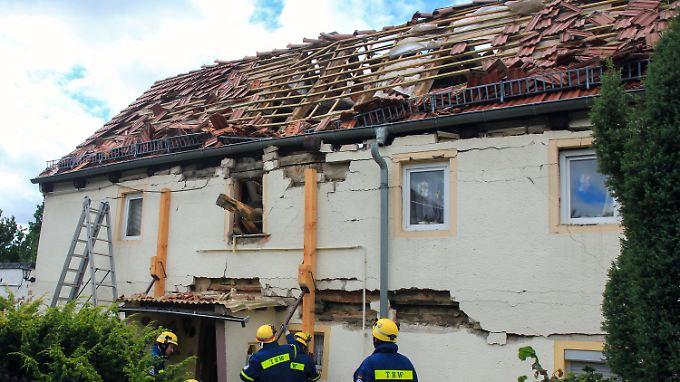 Rettungskräfte und Statiker können das Haus wegen Einsturzgefahr nicht betreten.