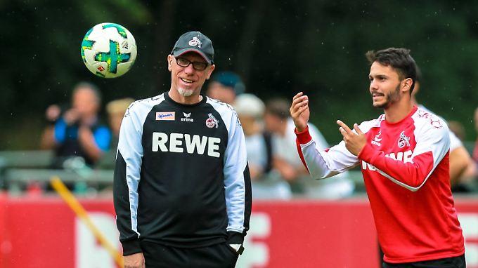 Sieh' an, ein Ball: Trainer Peter Stöger und Leonardo Bittencourt.