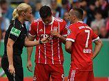 Coole Schiedsrichterin: Steinhaus lächelt Streich von Ribéry weg