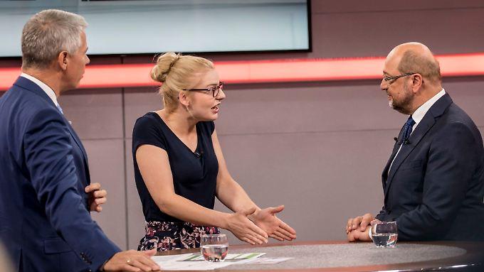 Die aufgebrachte Altenpflegerin Andrea Hänsch diskutiert mit SPD-Kanzlerkandidat Martin Schulz.