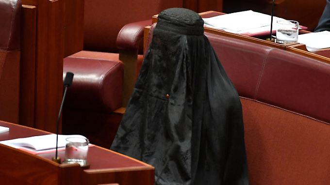 Rechtspopulistin Pauline Hanson mit Burka im australischen Parlament.
