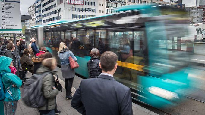 Im Busverkehr nahm die Zahl der Fahrgäste leicht zu, auf der Schiene fiel der Zuwachs deutlich größer aus.