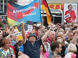 Stinkefinger und AfD-Banner - So sah Merkels Empfang in Annaberg-Buchholz (Sachsen) aus.