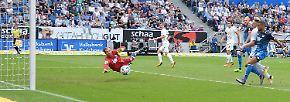 In der ersten Halbzeit schaffte es Bremens Florian Kainz in dieser Szene, NICHT ins Tor zu treffen.