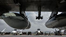Russische Kampfflugzeuge warten auf dem syrischen Militärflugplatz Hmeimim auf ihren Einsatz.