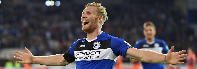 Andreas Voglsammer bejubelt den Treffer zum 2:0 für die Arminia.