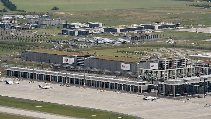 Der BER hat das gesamte Südpier für Air Berlin gebaut, mit neun Fluggastbrücken und einer Lounge mit 200 Plätzen. Im Transferbereich sollten die Reisenden fleißig konsumieren.