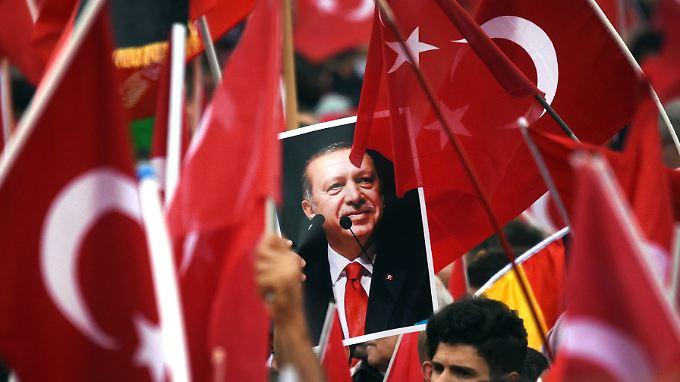 Deutsch-Türken feiern Präsident Erdoğan bei einer Kundgebung in Köln.