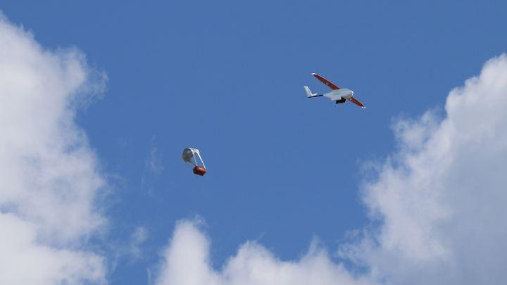 Aus etwa 10 Metern Höhe lässt die Drohne das Paket mit der Blutkonserve zur Erde gleiten.