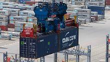 Verladung von Containern im JadeWeserPort in Wilhelmshaven.