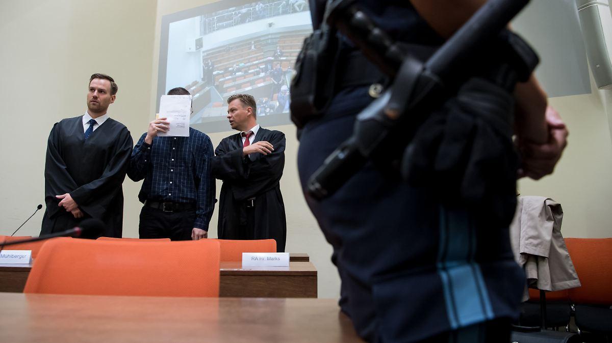Beim Amoklauf in München sterben neun Menschen. Die Tatwaffe beschafft sich  der Amokläufer von einem Waffenhändler aus dem Darknet, der sich vor  Gericht ...