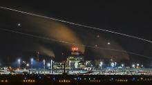 Chaos an Berliner Flughäfen: Flugzeugpassagiere landen am BER-Terminal