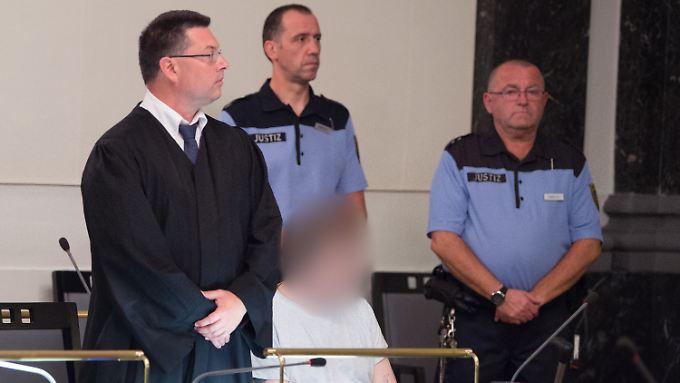 Der Angeklagte, der seit 2012 im Rollstuhl sitzt, nickte während der Ausführungen des Richters ein.