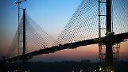 Die Brücke ist dem Stil der Golden Gate Bridge in San Francisco nachempfunden. Sie soll Technikfans aus aller Welt anlocken.