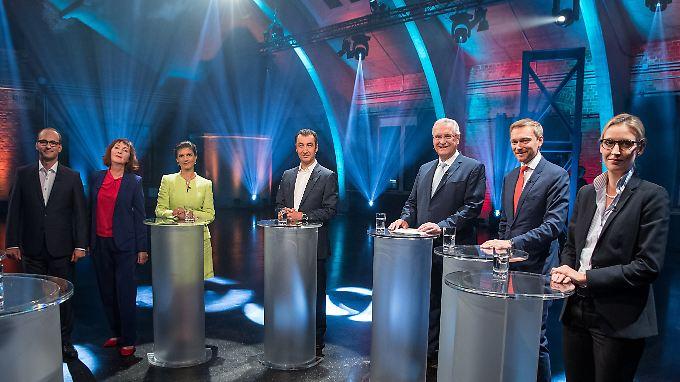 Neben den beiden Moderatoren Christian Nitsche und Sonia Mikich stehen, von links nach rechts, die fünf Spitzenkandidaten der kleinen Parteien: Sahra Wagenknecht (Linke), Cem Özdemir (Grüne), Joachim Herrmann (CSU), Christian Lindner (FDP) und Alice Weidel (AfD)