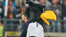 Was hecken sie aus? Bundestrainer Joachim Löw und Maskottchen Paule.