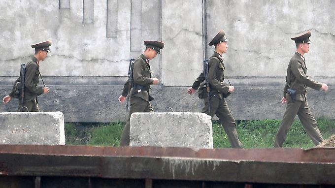 Nordkoreanische Soldaten patroulieren an der westlichen Landesgrenze zu China.