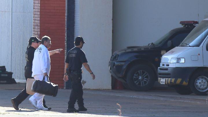 Mit zwei Taschen, eskortiert von Polizisten: Geddel Vieira Lima.