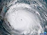"""""""Selbst in 110 km Entfernung vom Auge hat 'Irma' noch Windgeschwindigkeiten über 118 km/h"""", sagt n-tv Meteorologe Björn Alexander."""