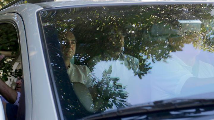 Joesley Batista (l.) auf dem Weg zur Polizeiwache.