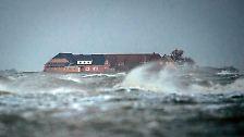 ... bei sehr starkem Westwind und Flut auch über die Warften hinaus steigen. Deshalb haben alle Häuser auf den Halligen ...