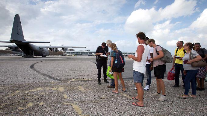 """Abflug im Militärransporter: Im Bild eine C-130 """"Hercules"""" der niederländischen Luftwaffe auf Saint-Martin."""