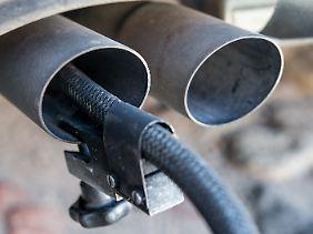 Messschlauch eines Gerätes zur Abgasuntersuchung für Dieselmotoren im Auspuffrohr eines Autos.