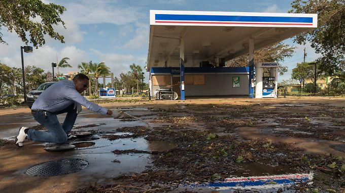 Dieser Mann in Marathon auf den Florida Keys bereitet die Wiedereröffnung seiner Tankstelle vor.