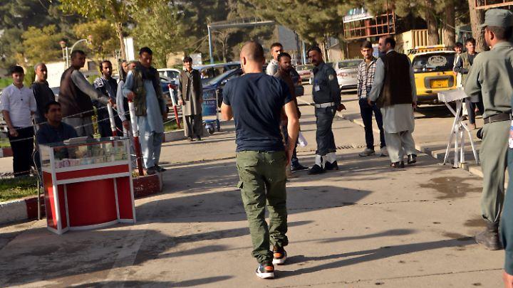Die abgeschobenen Afghanen verlassen nach ihrer Ankunft den Flughafen Kabul.