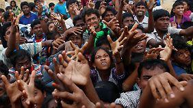 Flüchtlinge der Rohingya-Minderheit warten in einem Flüchtlingslager in Bangladesch auf eine Lebensmittellieferung.