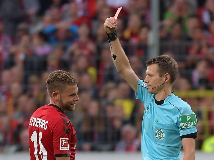 Die Rote Karte gefällt Yoric Ravet gar nicht ...