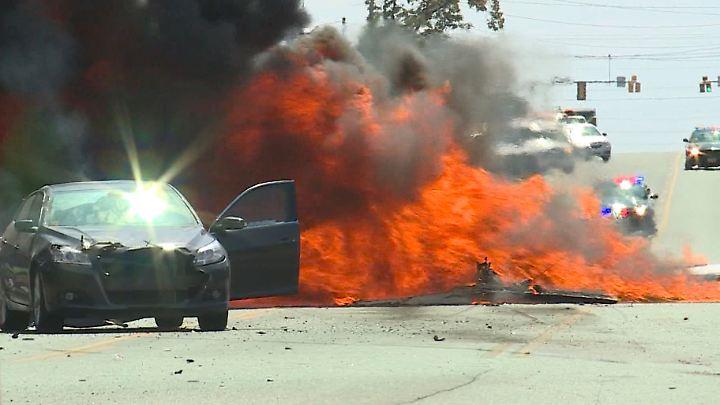 Sowohl die Autofahrerin als auch der Pilot konnten sich rechtszeitig retten.